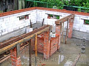 участке пошаговое строительство коттеджа из газобетона с цокольным этажом решили